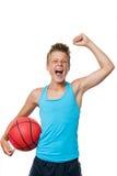 有赢取的态度的青少年的蓝球运动员。 库存图片