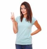 有赢取的标志的友好的可爱的妇女 免版税图库摄影