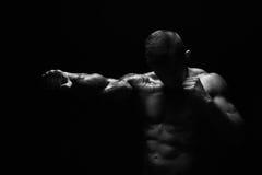 有赤裸强健的身体拳打的坚强的运动人 免版税库存图片