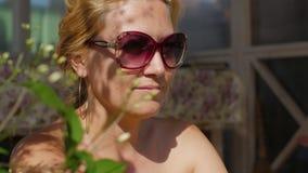 有赤裸肩膀的可爱的妇女享受在室外大阳台的晴天 股票视频
