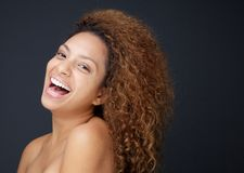 有赤裸肩膀笑的美丽的少妇 免版税库存照片