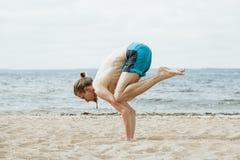 有赤裸躯干实践的瑜伽的人户外 免版税图库摄影