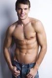有赤裸躯干的英俊的肌肉人 库存照片