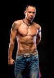有赤裸躯干的年轻英俊的人 免版税图库摄影
