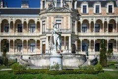 有赫姆斯大理石象的宫殿Hermesvilla在它前面的 奥地利维也纳 库存照片