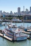 有走动的游艇和的人的码头39小游艇船坞 都市风景旧金山的地平线视图从海洋的 免版税库存图片