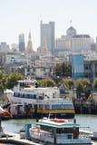有走动的游艇和的人的码头39小游艇船坞 都市风景旧金山的地平线视图从海洋的 库存照片