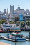 有走动的游艇和的人的码头39小游艇船坞 都市风景旧金山的地平线视图从海洋的 库存图片