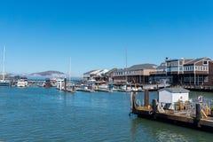 有走动的游艇和的人的码头39小游艇船坞 库存图片