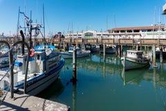 有走动的游艇和的人的码头39小游艇船坞 免版税图库摄影