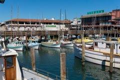 有走动的游艇和的人的码头39小游艇船坞 库存照片