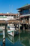 有走动的游艇和的人的码头39小游艇船坞 免版税库存图片