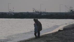 有走和使用在海滩的儿子的母亲爱琴海在冬天 Nea Kallikratia,希腊 股票视频