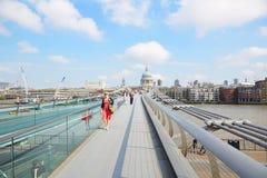 有走在伦敦,晴天的人的千年桥梁 库存照片