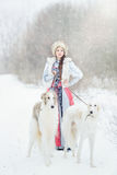有走在冬天的两灵狮的女孩 库存图片