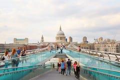 有走在夏天的人的千年桥梁在伦敦 免版税库存图片