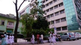 有走在政府医院大厦之外的医科学生的人们 股票视频