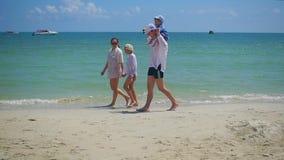 有走在沙滩的孩子的愉快的家庭 热带海岛,在一热的天 股票录像
