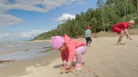 有走在海滩03的孩子的年轻母亲16 股票录像