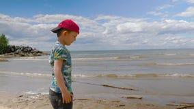 有走在海滩04的孩子的年轻母亲16 股票视频