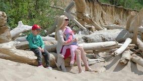 有走在海滩05的孩子的年轻母亲16 股票录像