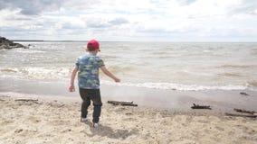 有走在海滩08的孩子的年轻母亲16 股票录像