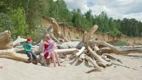有走在海滩09的孩子的年轻母亲16 股票视频