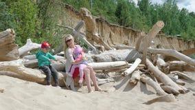 有走在海滩11的孩子的年轻母亲16 股票录像