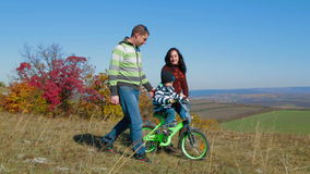 有走在秋天的孩子的愉快的年轻家庭 股票录像