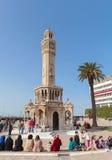有走在钟楼附近的游人的Konak广场 免版税图库摄影