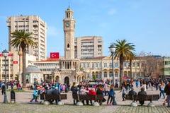 有走在钟楼附近的游人的Konak广场 免版税库存照片