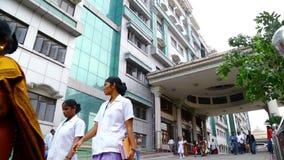 有走外面在政府医院大厦的医科学生和护士的人们 股票录像