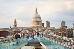 有走的人的千年桥梁和圣保罗的大教堂在伦敦 库存图片