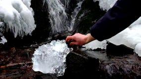有走路入冰美好的大片断的强的一刹那光的手与抽象镇压的 下落的冰柱轰鸣声瀑布 股票视频