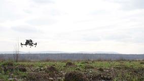 有起动的照相机的直升机离开和在thefield的飞行 影视素材