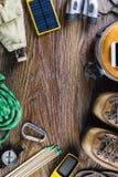 有起动的远足或旅行设备,指南针,双筒望远镜,在木背景的比赛 有效的生活方式概念 免版税图库摄影