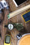 有起动的远足或旅行设备,指南针,双筒望远镜,在木背景的比赛 有效的生活方式概念 免版税库存照片