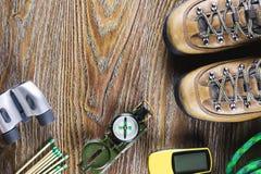 有起动的远足或旅行设备,指南针,双筒望远镜,在木背景的比赛 有效的生活方式概念 图库摄影