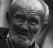 有起皱纹的面孔的老人 免版税库存照片