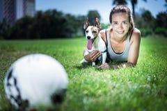 有起重器罗素狗的女孩 免版税库存图片