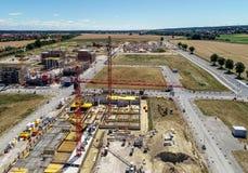 有起重机和壳的建造场所新房的,区域的背景准备的停放的汽车, aeria 库存图片
