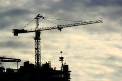 有起重机和大厦的建造场所 库存图片