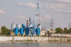 有起重机和筒仓的产业船坞 库存照片