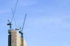 有起重机和蓝天的建筑工地 库存照片