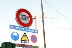 有起重机和街道警报信号的建造场所 免版税库存照片
