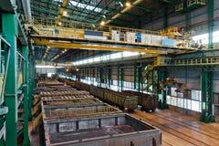 有起重机和铁路轨道的仓库 库存照片
