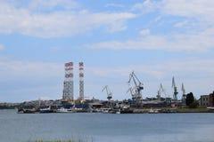 有起重机的一个造船厂在背景中 免版税库存照片