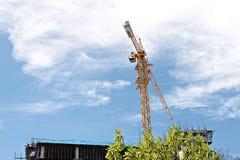 有起重机的在天空背景的建造场所和大厦 免版税库存照片