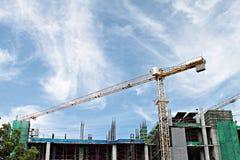 有起重机的在天空背景的建造场所和大厦 免版税图库摄影
