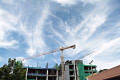 有起重机的在天空背景的建造场所和大厦 免版税库存图片